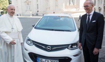 Папа Римский получил электрокар Opel