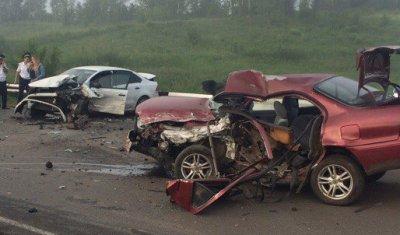 В ДТП под Бийском две машины разбились вдребезги