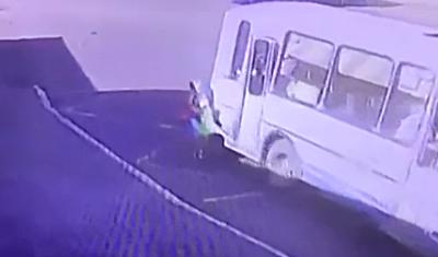 В Норильске водитель не дождался полной посадки пассажиров и проволок по дороге ребенка, которому зажало дверью ногу