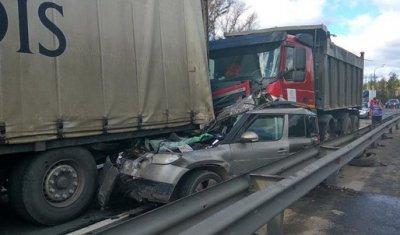 Под Ульяновском погиб водитель легковой «Вольво», зажатой двумя грузовиками