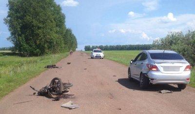 Мопед врезался в стоящую иномарку в Башкрии: водитель погиб