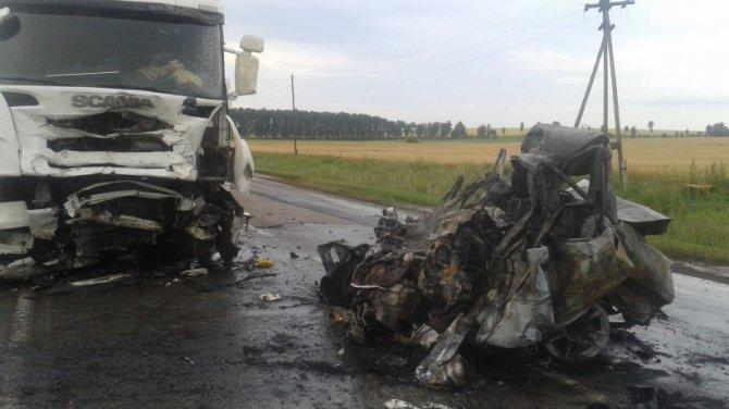 После ДТП с фурой в Абдулинском районе водитель легковушки сгорел в машине (1).jpg
