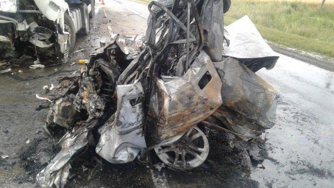 После ДТП с фурой в Абдулинском районе водитель легковушки сгорел в машине (2).jpg