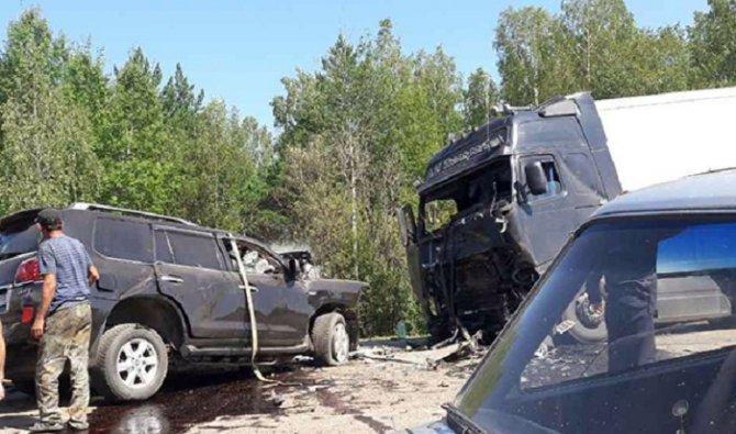 Lexus столкнулся с грузовиком в Тайшетском районе погибли два человека.jpg