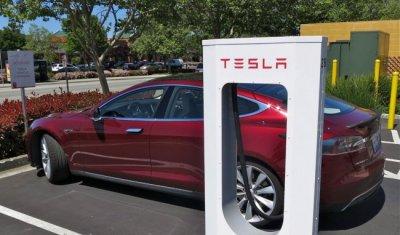 Tesla снижает цены за счет батарей