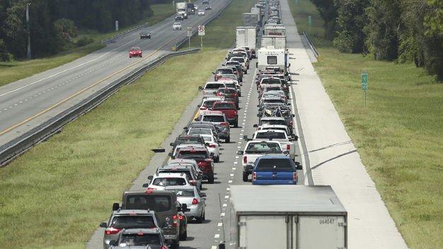 """Автомобили увозят людей из Флориды, от урагана """"Ирма"""""""