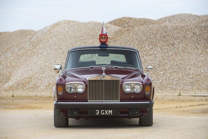 Королевский Rolls-Royce Silver Wraith II LWB Saloon, вид спереди.jpg