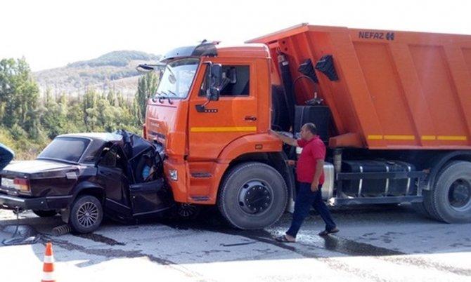 В Крыму три человека из ВАЗа погибли в лобовом ДТП с КамАЗом (2).jpg