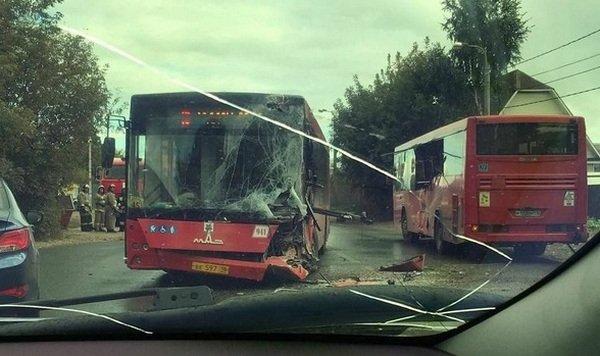 В Казани на улице Боевой столкнулись два автобуса (1).jpg