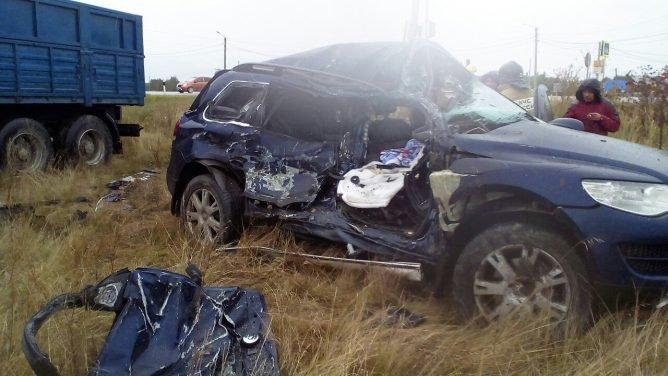 На трассе Магнитогорск – Южноуральск при столкновении фуры и Volkswagen Touareg погиб человек (2).jpg
