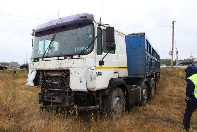 На трассе Магнитогорск – Южноуральск при столкновении фуры и Volkswagen Touareg погиб человек (5).jpg