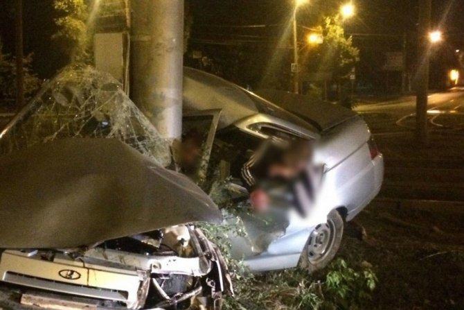 В Самаре ВАЗ врезался в столб погиб молодой водитель.jpg