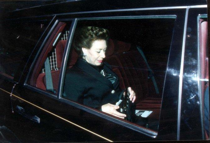 Принцесса Маргарет на приподнятом заднем сидении королевского Rolls-Royce.jpg