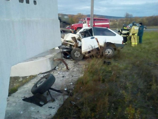 На въезде в Нижнеудинск ВАЗ врезался в стелу – водитель погиб (2).jpg