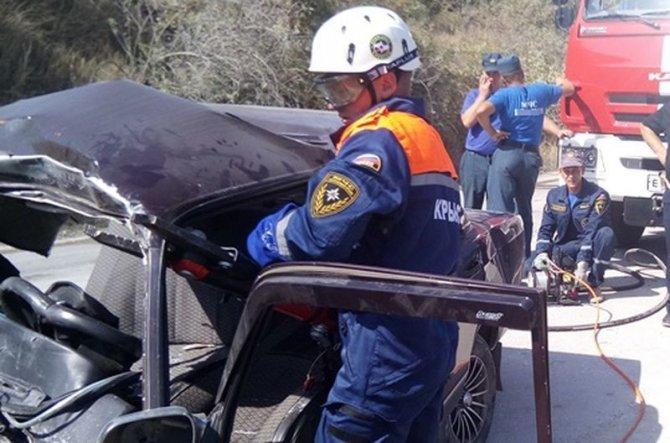 В Крыму три человека из ВАЗа погибли в лобовом ДТП с КамАЗом (4).jpg