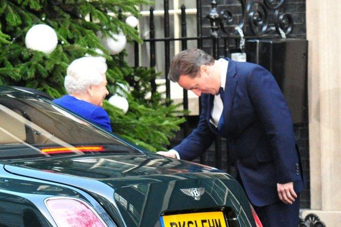 Королевский Bentley Mulsanne на фоне Елизаветы II и премьер-министра Дэвида Кэмерона в 2012 году.jpg