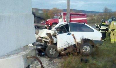 На въезде в Нижнеудинск ВАЗ врезался в стелу – водитель погиб