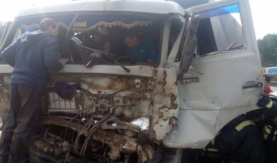 В Набережных Челнах водителя КамАЗа зажало в кабине после ДТП