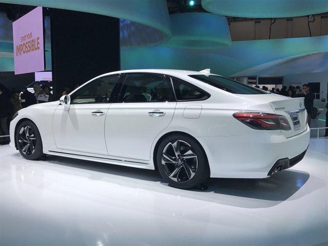 Toyota представила обновленный седан Crown (2)