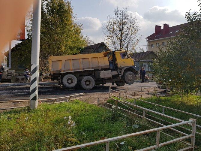 В Саратове грузовик с асфальтом провалился под асфальт, 19 октября