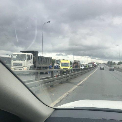 В Петербурге в ДТП с двумя грузовиками пострадал человек (3).jpg