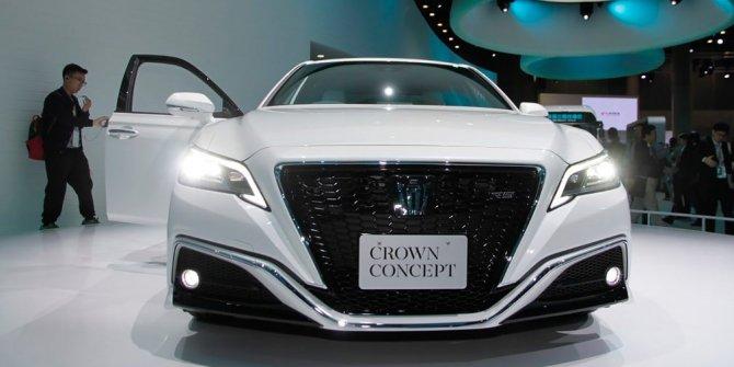 Toyota представила обновленный седан Crown (4)