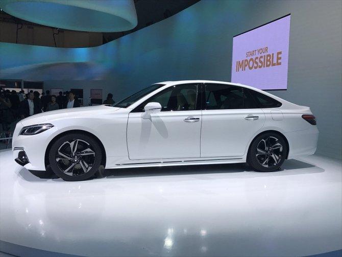 Toyota представила обновленный седан Crown (3)