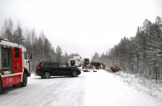 Три человека погибли в лобовом ДТП в Карелии (3)