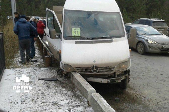 В Перми пассажиры маршрутки пострадали в ДТП
