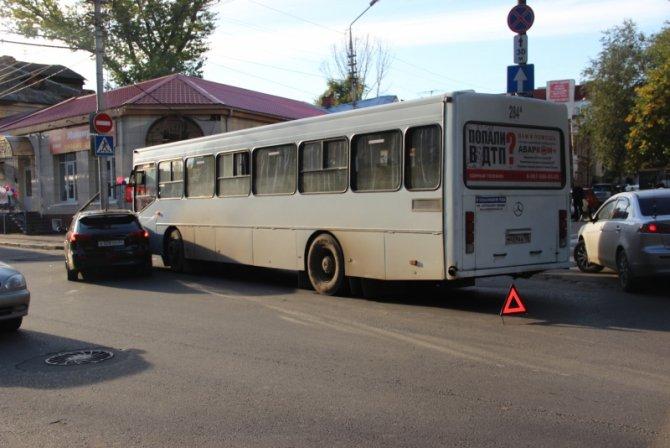 Два человека пострадали в ДТП с автобусом в Саратове (5)