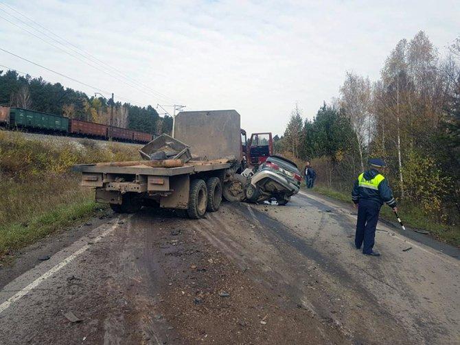 Два человека погибли в ДТП с КамАЗом в Шелеховском районе (1).jpg