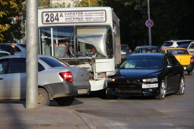 Два человека пострадали в ДТП с автобусом в Саратове (1)