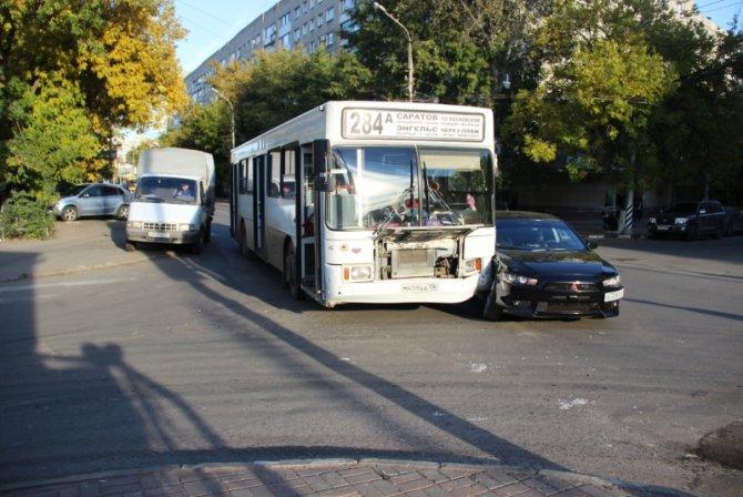 Два человека пострадали в ДТП с автобусом в Саратове (2)