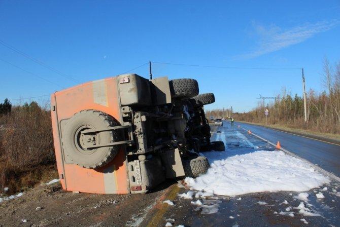 При опрокидывании автобуса в Нижневартовском районе пострадали шесть человек (1).JPG