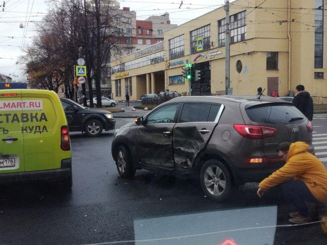 В Петербурге машина реанимации попадала в ДТП (2)