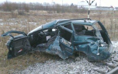 В Свердловской области женщина-водитель ВАЗ-2111 выехала под поезд и чудом выжила