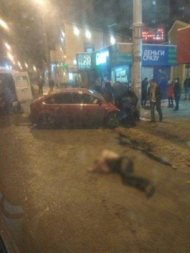 Жители Мурманска избили водителя, насмерть сбившего женщину (5)