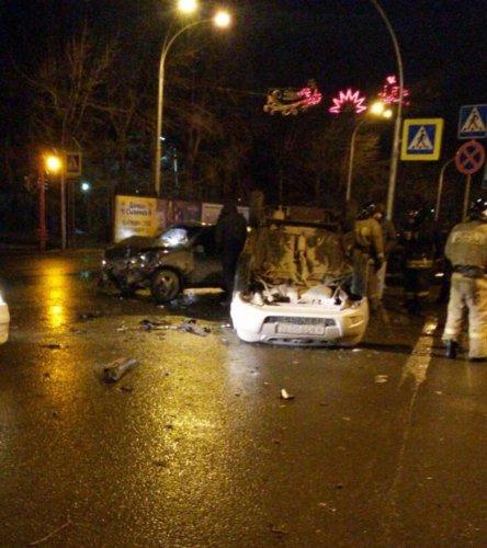 В ночном ДТП в Кемерове такси опрокинулось на крышу