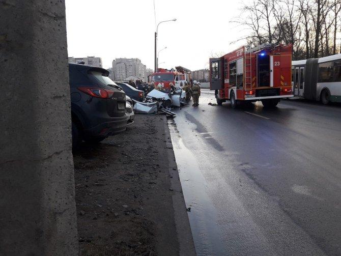 Два человека погибли в ДТП с КамАЗом в Петербурге (3)