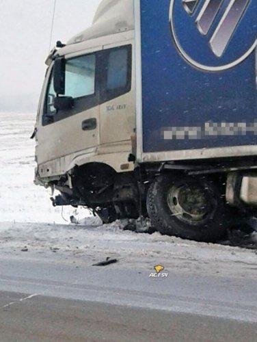 Грузовик раздавил легковушку в Новосибирской области – водитель чудом выжил (2)