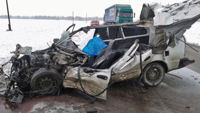 Грузовик раздавил легковушку в Новосибирской области – водитель чудом выжил (1)