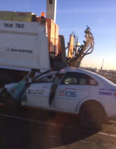 Три человека погибли в ДТП с грузовиком и такси на ЗСД (3)