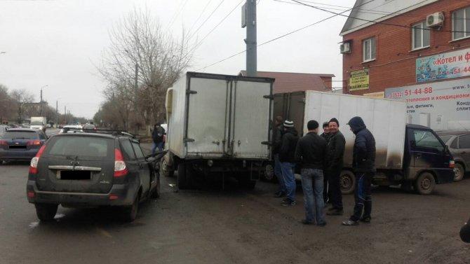 Два человека пострадали в массовом ДТП на улице Шевченко в Оренбурге (2)