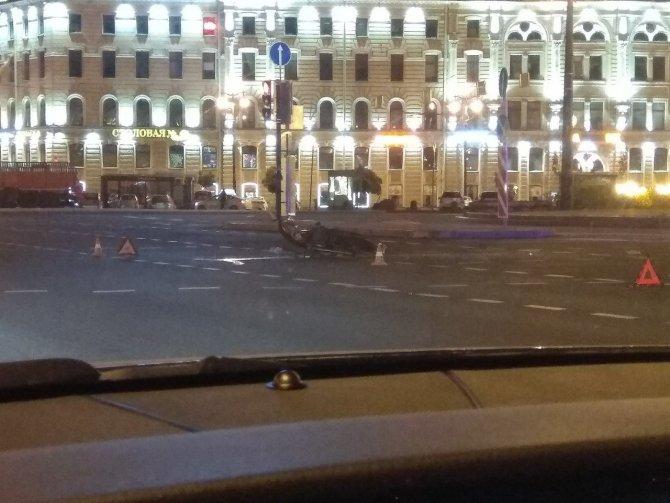 В центре Петербурга мотоцикл протаранил такси
