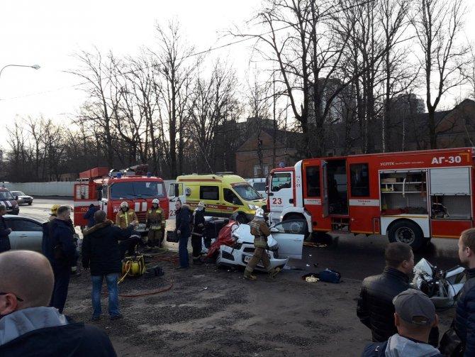 Два человека погибли в ДТП с КамАЗом в Петербурге (2)