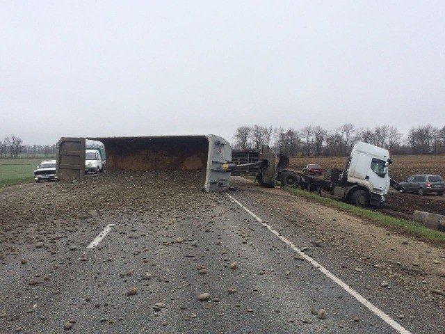 Два человека погибли в ДТП с грузовиком и ВАЗом на Ставрополье (2)
