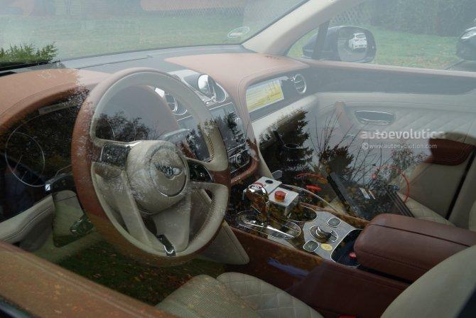 Салон гибридного Bentley Bentayga попал на фото (1)