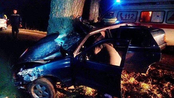 Под Славском иномарка врезалась в дерево погибла 17-летняя девушка (1)