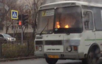 В Орле сняли видео, как по городу едет горящий изнутри автобус