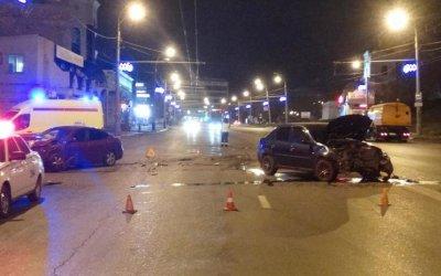 В ночном ДТП в Астрахани пострадали таксист с пассажиром